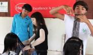 カンボジアの若者たち、美容スキルを習得