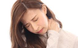 【肩こり】肩の痛みに悩む女性